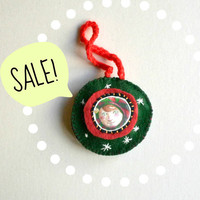 SALE 15% OFF Christmas Elf Round Ornament. Green and red felt. Original artwork.