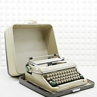 Vintage Olympia SM4 Typewriter in Cream - Urban Outfitters