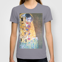 Love & The Kiss - Gustav Klimt T-shirt by BeautifulHomes