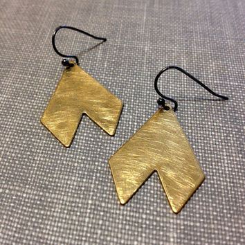 mixed metal chevron earrings // geometric earrings // brushed metal earrings // minimal earrings // gold triangle earrings