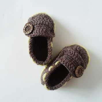 Crochet Boy and Girl Booties / Baby Slippers with pure wool brown yarn and natural button / Gift for Baby Shower