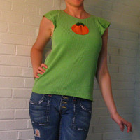 Adorable 1970s Green ruffle sleeve Tee shirt with Orange Applique. Medium.
