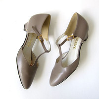 vintage taupe leather heels. t strap pumps. kitten heels. pointy toes.
