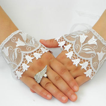 Wedding Glowes. Lace tulips GLOWES, Wedding Cuff. Lace Wedding accessory, Bridal Glowes, Bridesmaid, Wedding Fashion