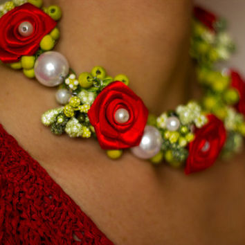 Red Rose, Pearl, Bib Necklace, Flower Necklace, Red and Green Necklace, Necklace with Pearls Roses in the Garden