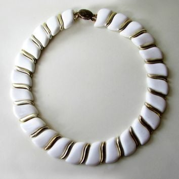 White and Gold 1970's Vintage Necklace