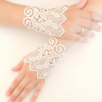 Wedding Gloves, lace cuff, bridal cuff, cream cuff, Lace Cuffs, Lace Wedding Accessory, Bridal accessory, Fingerless Gloves,