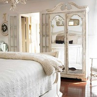 Bedrooms / Decorating with Summer Whites
