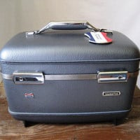 Vintage dark blue American Tourister train case by posypower