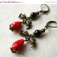 Red Bow Earrings. Coral Red and Black Pearl Earrings with Antique Brass Bow Charms. Beaded Dangle Earrings. Victorian Earrings.