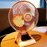 retro pale pink Holmes electric desk fan. small desk fan. 1980s. 6 inch desk fan
