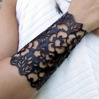 Cuff &quot;Floral&quot; in black leather 6-1/2&quot; wrist