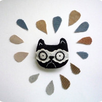 Grumpy cat  - felt and lacy brooch by Wassupbrothers