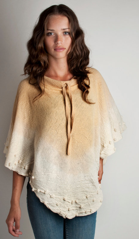 Poncho wool felt with volumes and gradient hand dyed by texturable