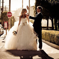 Vera Wang Inspired Tulle Lace Wedding Dress Bridal Gown Strapless Sweetheart Lace Flower Prom Ball Gown Plus Size Wedding Dress with Train