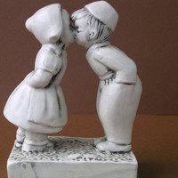 Figure Kissing Boy &amp; Girl Vintage Porcelain Figurine - China