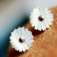 Fashion Shell daisy stud earrings