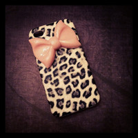 iPhone 4 and iPhone 4S Gray Leopard Cheetah with Baby Pink Girly Bow case