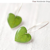 Green leaf earrings  Nature I heart  Heart earrings by BeautySpot