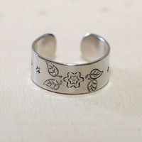 Adjustable aluminum ring with flower and leaves