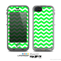 The Green & White Chevron Pattern Skin for the Apple iPhone 5c LifeProof Case